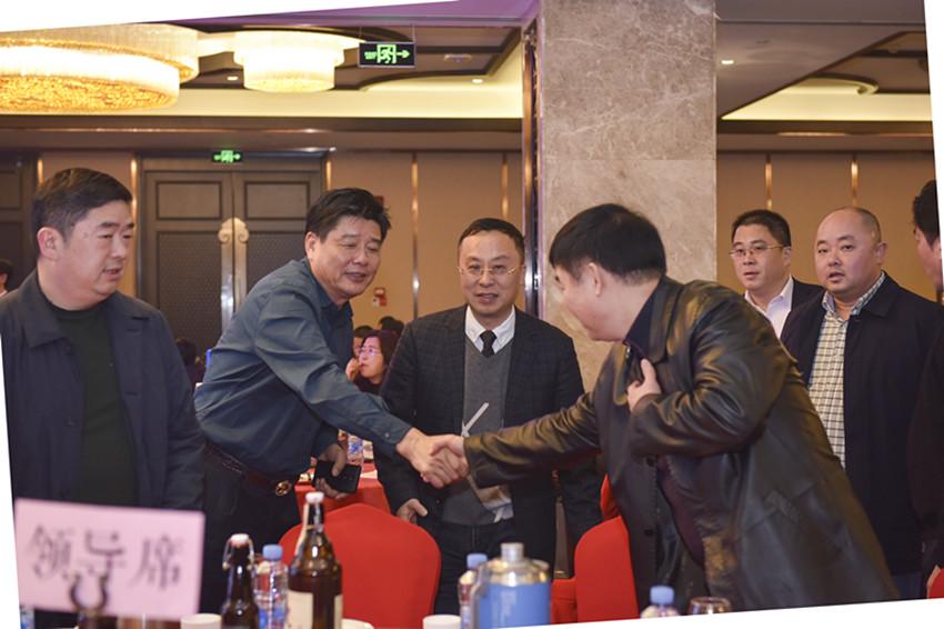 华旭明主席与林阿龙永久荣誉会长亲切握手