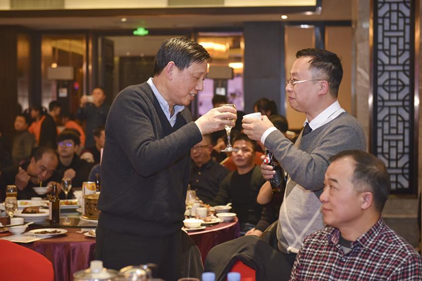 原赣州市巡视员刘琮与邓卫城会长在晚会上