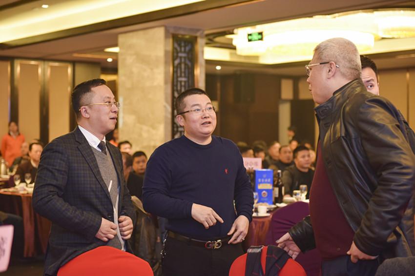 邓卫城、刘钦辉(泉州商会会长)、黄启水在晚会上现场