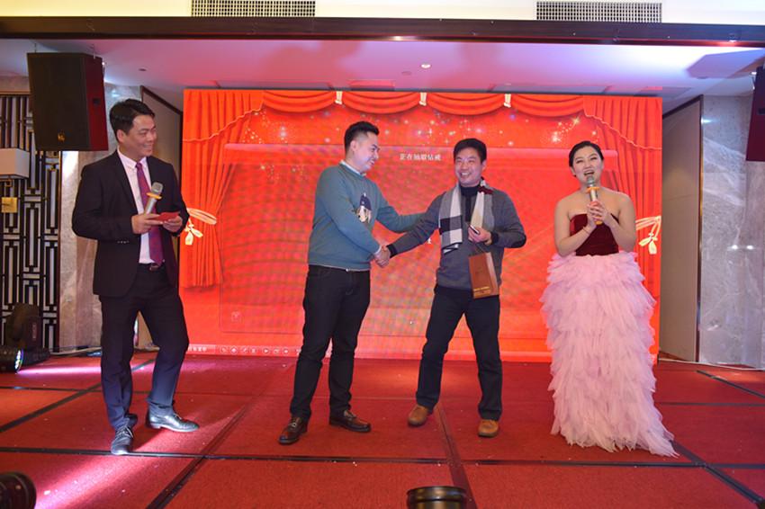 王荣杰常务理事(金钻戒指赞助人),向抽取金钻奖的周强副会长颁奖
